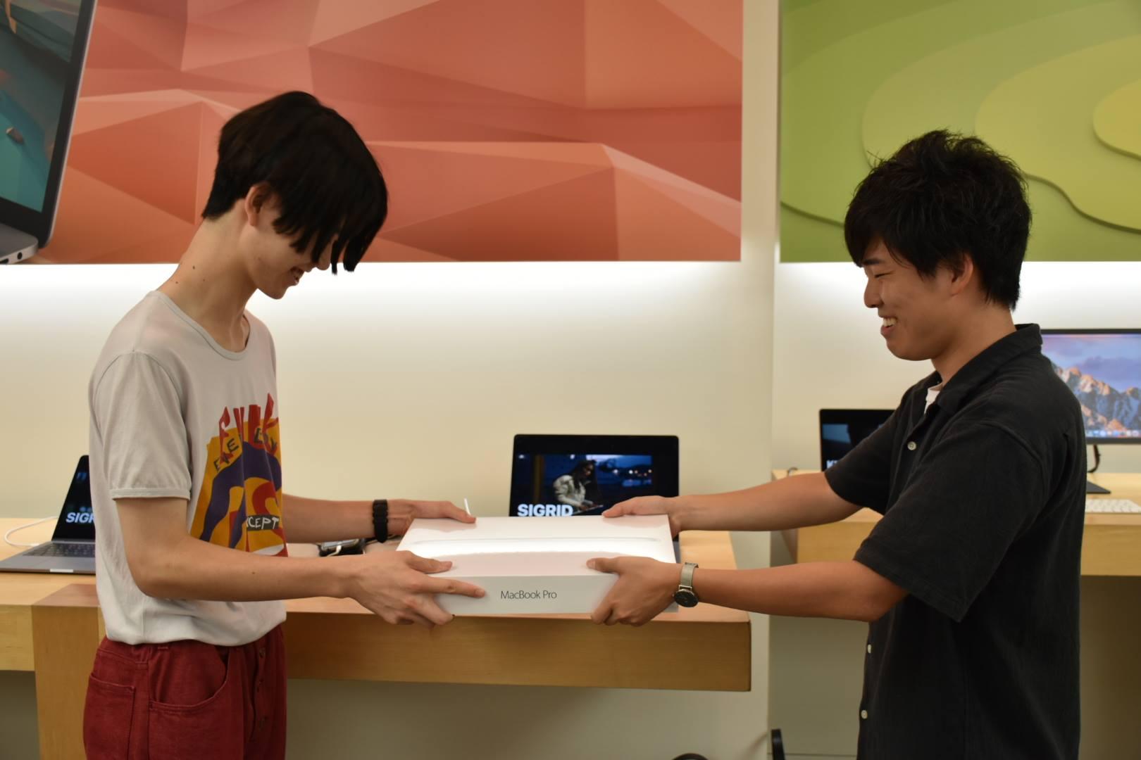 【26万円投資】高校生起業家に15インチMacBook Proを買ってあげた #MacBookおじさん